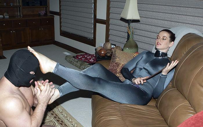 Footdom Mistress In Leggings